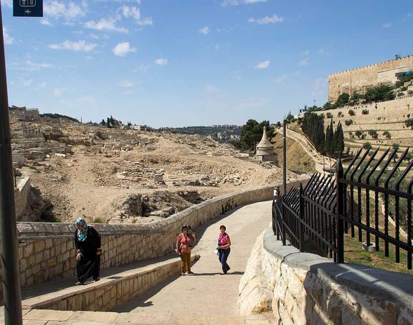 Turistas caminhando pelo vale de Kid