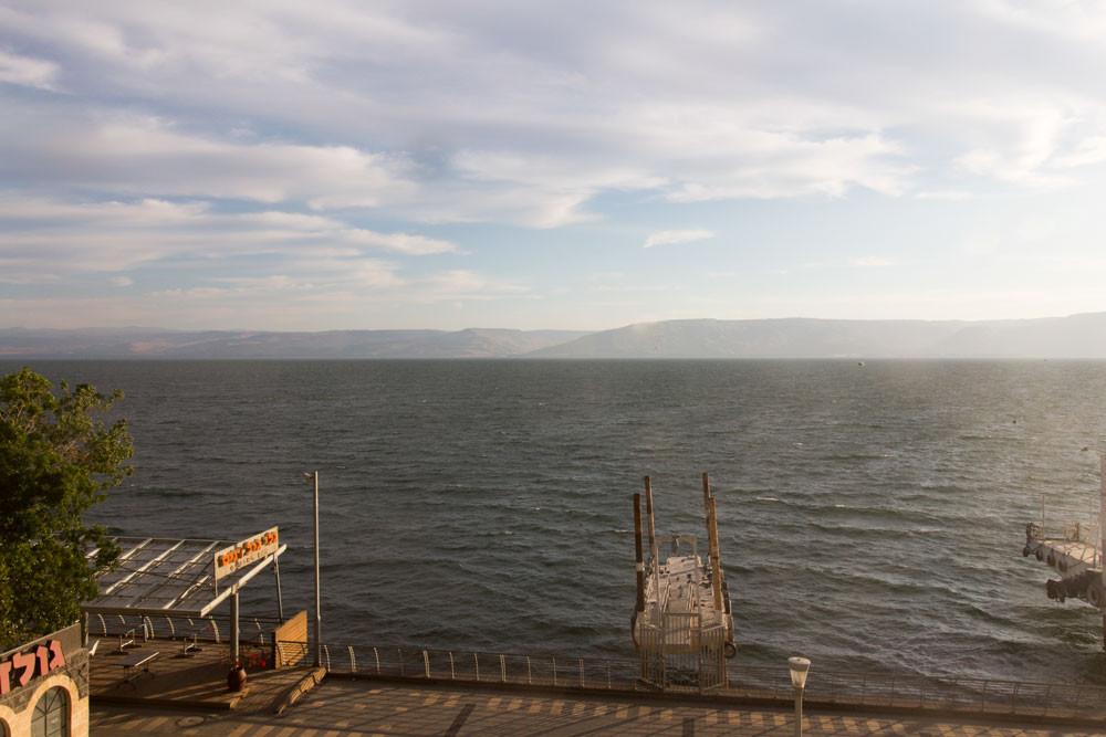 Vista do Kinneret a partir de um restaurante de hotel