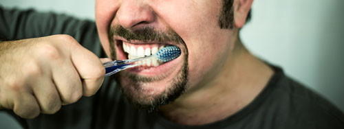 Não escove os dentes com força