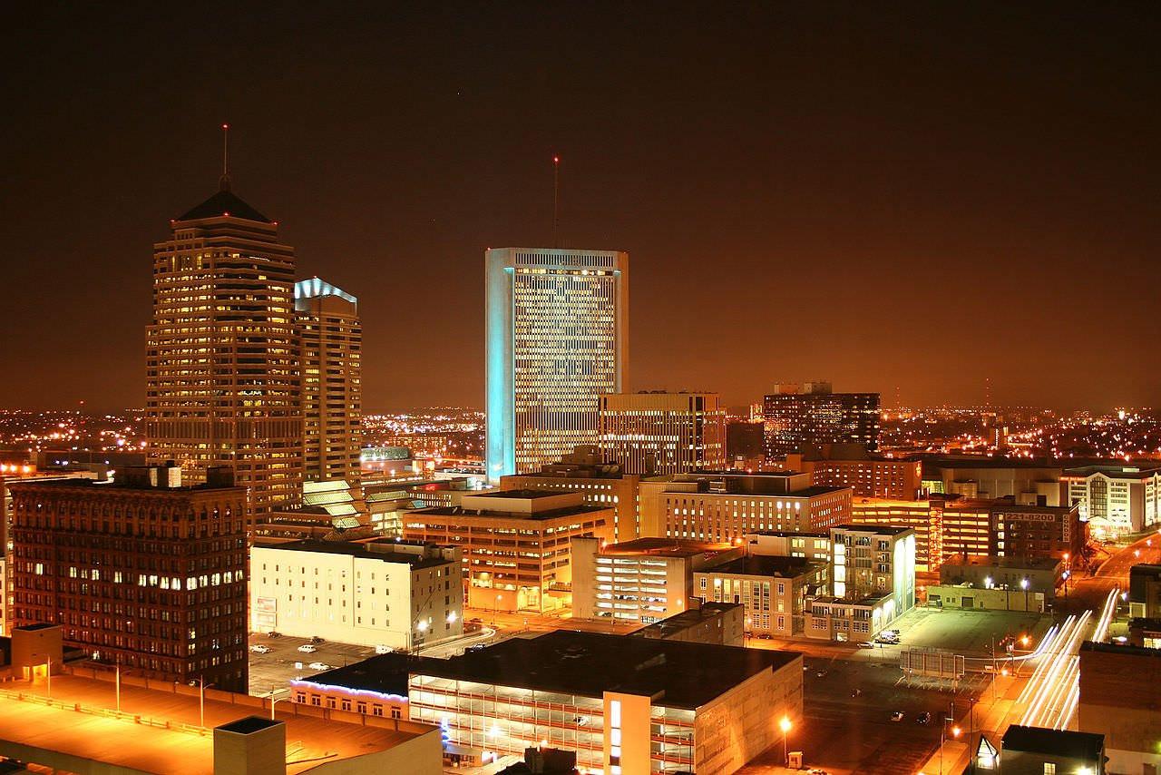 1280px-Columbus-ohio-downtown-night-1-mi