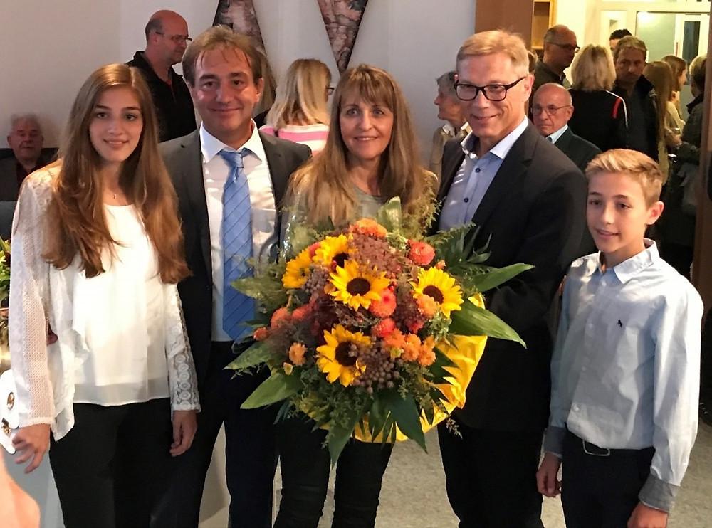 Sabine Welte-Hauff, nouveau maire d'Aspach, sa famille et Hans-Jörg Weinbrenner, l'ancien maire