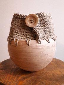 Vase sec, grès et coton, bouton de bois