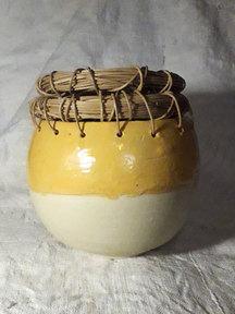 Vase jaune et rotin