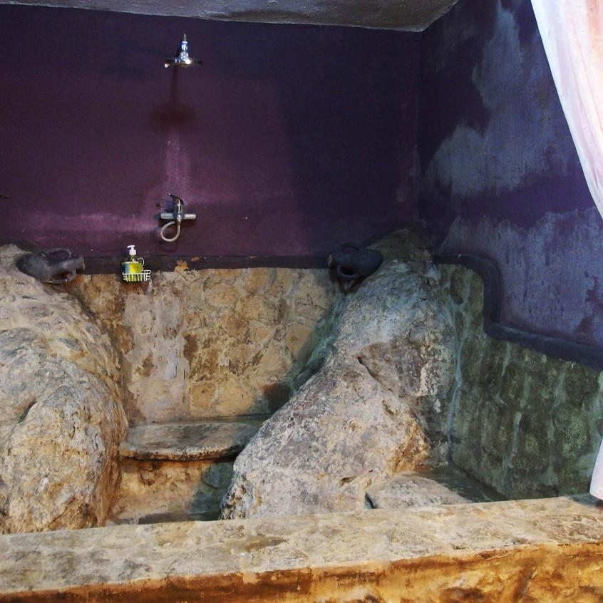 Salle de bain creusée dans la roche