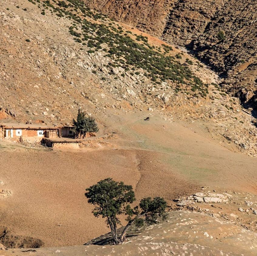 Une maison au milieu des montagnes