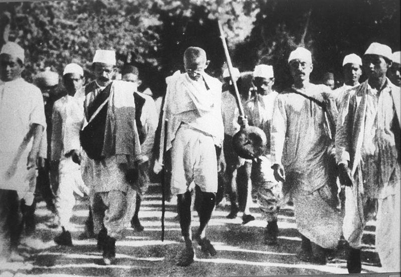 غاندي يقود مسيرة الملح الشهيرة عام 1930،