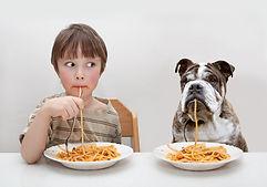 Niño y perro Comer Pasta