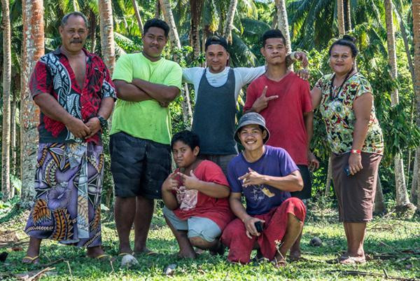 Family farmers in Samoa gather for a photo outside.