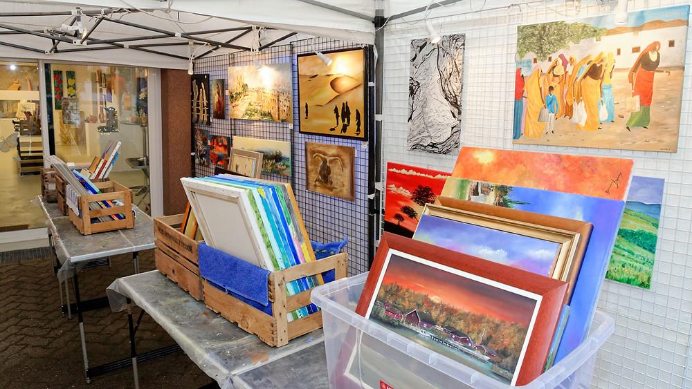 Nombreux tableaux d'art aux couleurs diversifiées dans l'entrée du hall d'exposition