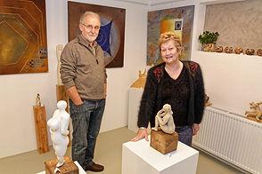 Astride et Francis Heintz, les 2 artistes du Tandem, posent devant quelques-unes de leurs oeuvres.