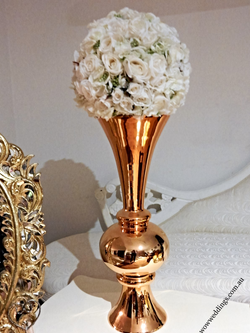 Gold trumphet vase w kissing ball