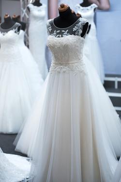 salon-of-wedding-dresses-1967312_1920.jp