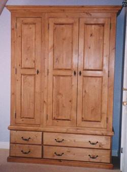 WARDROBE - TRIPLE DOOR AND 4 DRAWERS - PINE.jpg