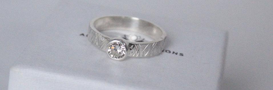 Een zilveren 'skate' ring