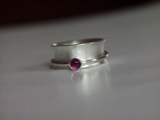 Spinner ring with Rhodolite garnet