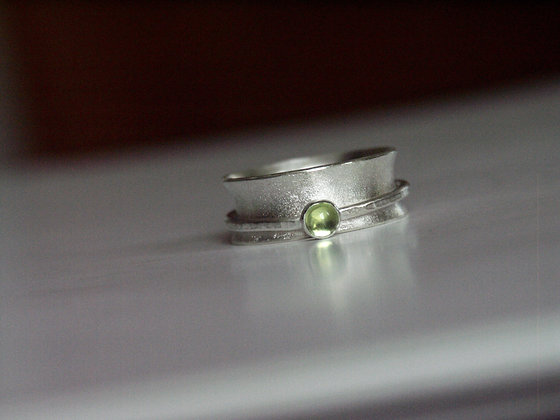 Spinner ring with green Peridot