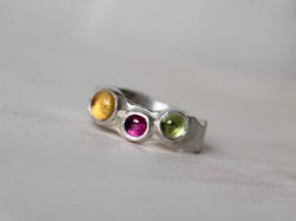 Zilveren ring gekleurde stenen.jpeg