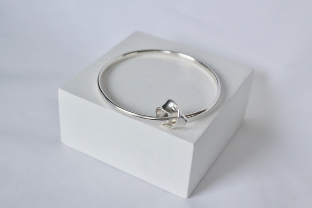 925 Solid sterling silver bangle with single-twist charm