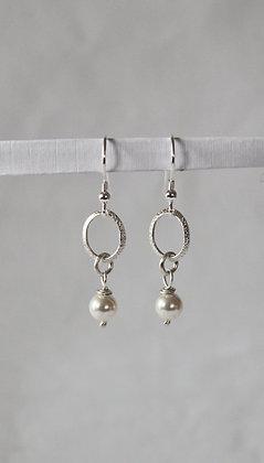 Ovale hangers met textuur en Swarovski® kristallen parels