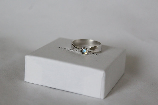 Sterling silver single-twisted ring with Labradorite