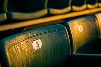 Assentos do estádio orvalhadas no nascer do sol