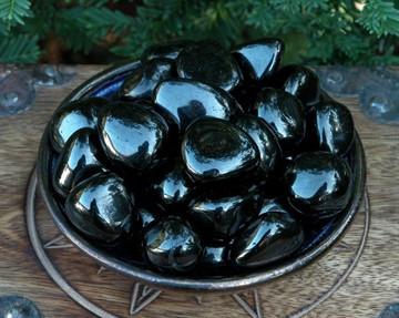 Черный янтарь, он же гагат: магические и лечебные свойства камня