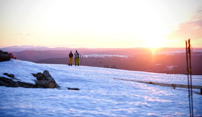 Vapaalaskijat katselevat yöttömän yön auringonnousua Yllästunturilla toukokuussa / Lehtikuva