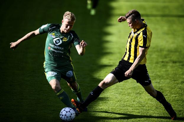 Ilveksen Iiro Järvinen ja Hongan Jonas Levänen jalkapallon Veikkausliigan ottelussa FC Honka - Ilves / Lehtikuva