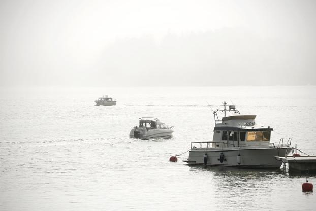 Veneilijöitä sumuisella merellä / Lehtikuva