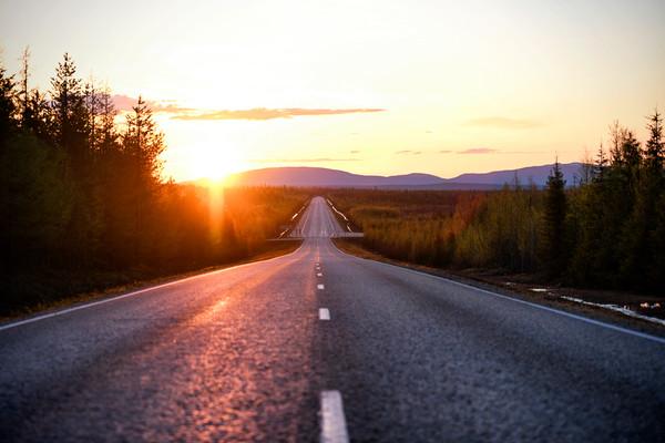 Keskiyön aurinko paistaa tunturilapissa / Lehtikuva