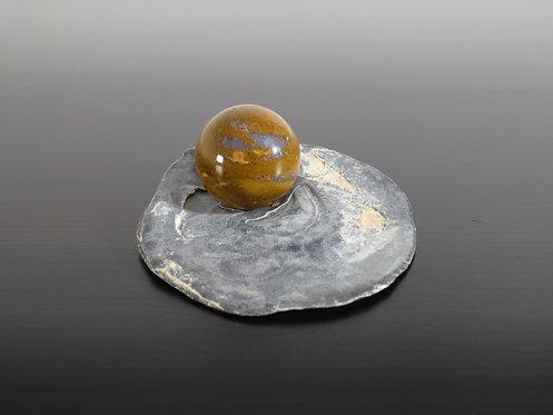 braune Achatkugel auf Muschel