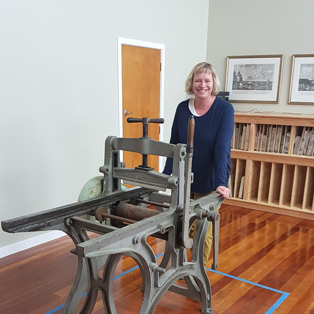 Marcella with a hand lithographic press donated by Inge Doesburg.