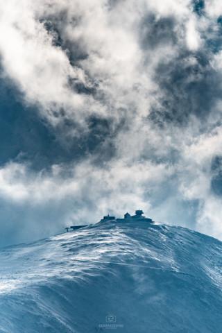 Śnieżnka w morzu chmur