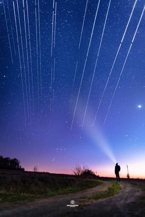 Starlink nocny krajobraz