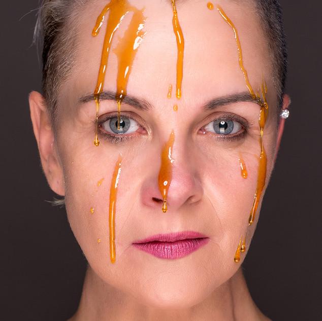 Portraitfoto Frau mit Honig