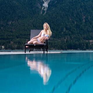 Frau in Dessous am Pool
