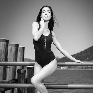 Frau in Badeanzug schwarz weiß