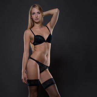 Frau in schwarzer Unterwäsche