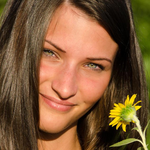 Portraitfoto Frau mit Sonnenblume