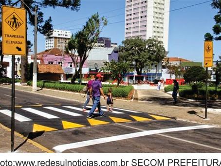 CONTRAN libera nova regulamentação para travessia elevada de pedestre nas vias