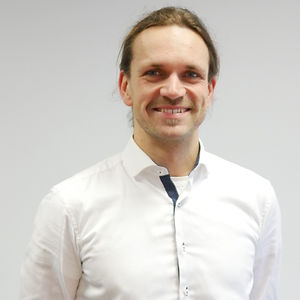 Oliver ist Diplom-Ingenieur für Fahrzeugtechnik und Erneuerbare Energiesysteme. Er arbeitet seit über 10 Jahren im Bereich der Verkehrswende. Er hat Localiser zusammen mit Kathrin gegründet und teilt sich mit ihr die Geschäftsführung