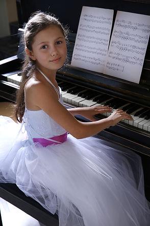 Girl_piano_Doorsign_web.jpg