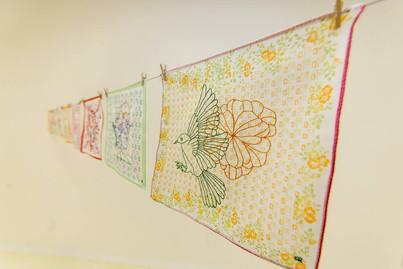 Revoada [detalhe], 2017  Instalação com varal e bordados sobres lenços de algodão estampados Dimensões variáveis Fotografia: Lucas Galeno