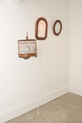 Carta a quem não leu, 2017  Carta de 1977 bordada a mão sobre fita voil de 10 metros e gaiola de madeira antiga Dimensões: 30 cm x 30 cm x 30 cm Fotografia: Junior Luis Paulo