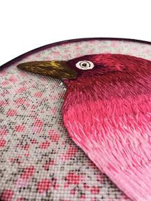 Cabeça de pássaro rosa damares [detalhe], 2019  Bordado sobre peneira de cozinha e tecido estampado Dimensões: 24,5 cm x 25,5 cm x 03 cm