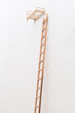 Sem título [detalhe], 2016   Escadinha de madeira jacarandá e miniatura de cama  Instalação com dimensões variáveis | escadinha: 200 cm x 7 cm x 1 cm  Fotografia: Junior Luis Paulo