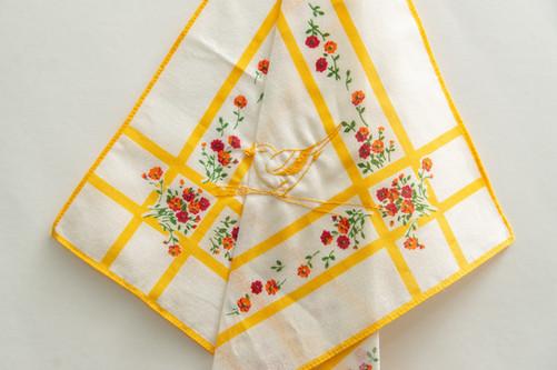 A distância de hoje nos permitirá o abraço de amanhã [detalhe], 2020  Bordado sobre lenço de algodão estampado  Dimensões: 46 cm x 28 cm Fotografia: Junior Luis Paulo