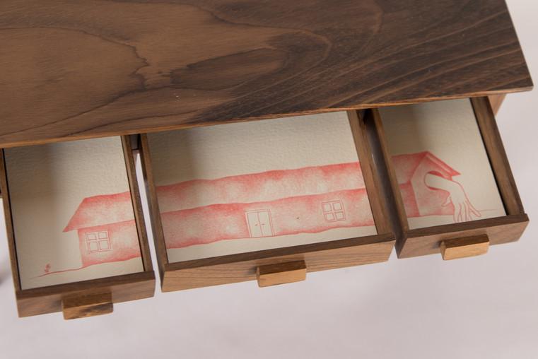 Já morei em gaveta [detalhe], 2018  Grafites coloridos para lapiseira 0.5 mm sobre papel creme g/m² 220 e miniatura de madeira com 05 gavetas Dimensões: 12 cm x 20 cm x 13 cm Fotografia: Junior Luis Paulo