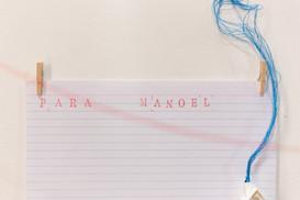 [...] para Manoel, 2019  Residência artística: Programa Territórios | 8ª edição do Festival Sesc de Inverno | Perspectivas e Pluralidades. Ateliê/instalação criado durante o processo de residência artística, na Sala das Artes, no Sesc Teresópolis/RJ. Desenhos, bordados, dobraduras de papel, miniaturas, objetos, brinquedos e carimbos com textos de Manoel de Barros. Séries trabalhadas: [...] para Manoel, 2019. Rosa enquanto cor. Rosa enquanto flor. Roza enquanto avó, 2019. Casa 34, 2018. [quase] um lar para habitar, 2016 – 2019. Casa de passarinho, 2015. Os textos carimbados nas paredes foram extraídos dos livros: Menino do mato, Manoel de Barros (2010). Meu quintal é maior do que o mundo, Manoel de Barros (2015) Fotografia: Emmanuel Chaves