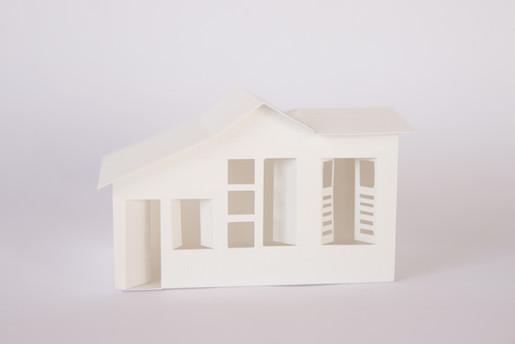 """A casa, 2018  Série """"Casa 34"""" Dobradura de papel branco 200g/m² Dimensões: 06 cm x 08 cm x 05 cm Fotografia: Junior Luis Paulo"""